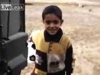 イラクの子供に飴が欲しいのかい?と言いながら手投げ弾を見せてびびらせる米兵