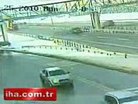 荷台が上がったままのトレーラーが歩道橋を破壊する衝撃映像
