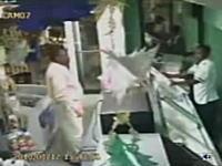ハイチ大地震、その地震発生の瞬間を捉えた店内カメラの映像集