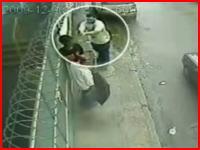 路上で男性が至近距離から撃たれる瞬間を捉えた監視カメラの映像