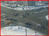 完全に信号無視した車が交差点に侵入し、歩行者10人を跳ね飛ばす瞬間