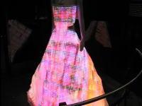 派手すぎワロタwwドレスに24000個のLEDを埋め込んでみた