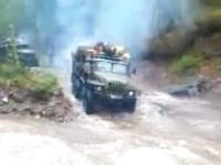 ロシアのトラック野郎は激流を物ともしない 積荷が木だから最悪浮くだろう