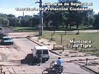 これはGJ!踏切内で立ち往生した車をギリギリで助けるハラハラ動画