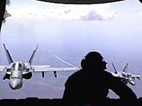 大型輸送機にぴったり張り付く戦闘機をハッチを開けて撮影してみた