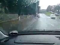 海外DQN映像 バス停の前にできた水溜りを車で通過する極悪な嫌がらせ