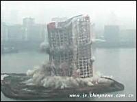 【中国】周りに建物が無い所で爆破解体を行うと凄い事になる