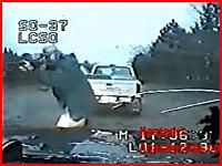 違反車両を停止させた警察官が犯人に射殺される一部始終【ショッキング注意】