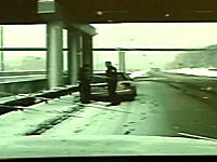 ギリギリセーフ?アウト?スリップしてきた車に追突される警察官
