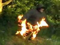 着ている服に火をつけたら予想外に燃え広がり焦りまくる少年のムービー