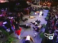 神の力を使ってステージ上でバタバタ人を倒す教祖様にみんな大感動w