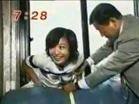 生放送中の放送事故。菊間アナが脱出装置のリポート中にマンションの5階から落下してしまう。