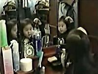 怖い動画スレより ガクブル心霊映像 三面鏡に映った少女の・・・