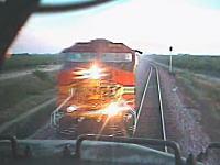 運転手は直前に飛び降りて逃げた・・・。電車同士が正面衝突してしまう瞬間