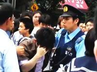 秋葉原でJKの下着を盗撮した青年が群集に包囲され警官に連行される
