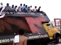 屋根に人間満載のバスが横転する瞬間 これはあぶねぇ!!