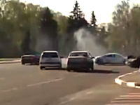 アウディR8。公道で無謀運転をして他車を巻き込む事故を起こして逃走