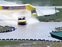 モーターボートのジムカーナみたいなレースでミスしたボートがドーン!動画。