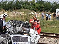 ベントレーが列車と衝突し大破。運転していた億万長者が死亡。事故現場写真。