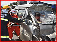 フロントガラスを突き破った状態で奇跡的に助けられた中国人女性の動画像。