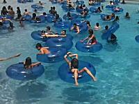 このプール監視員GJすぎる。この中で溺れている人を発見できますか動画。