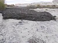 迫りくる黒い流れ。荒地が川になる瞬間。ユタ州で撮影されたAmazingなビデオ。