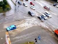 乗用車の川登り(一般道路)大雨?で川になってしまった道路に挑む人たち。
