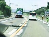 名阪国道のカーブで遠心力に負けたトラックの積荷が荷崩れして横転!後続車載。