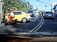 このタクシーはどうしたんだ・・・。ボッコボコになりながら逃走を図る車。
