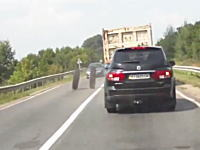 トラックのタイヤの破壊力。走行中のトラックから外れたダブルタイヤが・・・。