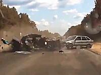 恐ろしい事故の瞬間。追突事故で押し出された車が対向車と激しく衝突(@_@;)
