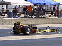 ドラッグレースで制御不能になったマシンが壁に向かってフルスロットル状態に