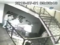 階段の手すりに腰かけて滑り降りていた男がバランスを崩して落下⇒死亡。