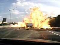 荒ぶるガスボンベの真後ろを走っていた車の車載映像があった。これは怖い(@_@;)
