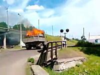 気付くの遅いわwww荷台を大炎上させながら走っているトラックを追跡。