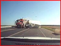居眠りか?ダンプと大型トラックの正面衝突で大変な事になってしまう車載。