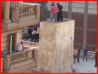 混乱の続くエジプトが酷い。集団が一人の男性を建物から突き落とす映像。