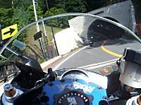 これは焦るwww青梅街道をツーリングしてたらトンネルから凄いヤツが現れた。