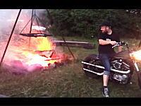 アメリカンなバイク乗りがキャンプで火おこしをするとこうなる。イヤッハー!
