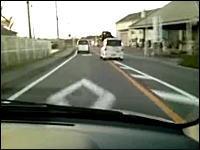 前が詰まっているのに延々と蛇行運転を続けている危険な軽四。普通じゃない。