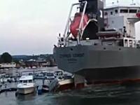 あ~あ。接岸しようとした大型船が流されて大変な事になってる。被害額ヤバげ。