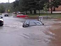 さすがに無理だろ。洪水で水没した道路に挑んだ車がやっぱり立ち往生しちゃう。