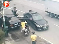 極悪。バックで複数のスクーターをなぎ倒して逃げる一台の車。逃走中??