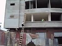凄いwww重たいセメントを予想外の方法で上の階に届ける職人さんのビデオ。