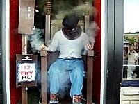 なんという趣味の悪さ。お金を入れると電気椅子の人の死刑が執行される装置。