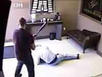 宝石店に押し入った強盗が店主に反撃に遭いノックアウト⇒病院送りにwww