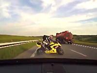 煽ってきた?目の前で速度を落としたバイクにドカーン!と追突しちゃう車載