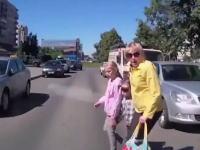 加害者の車載。お母さんに手を引かれていた娘と息子を車ではねてしまう瞬間。