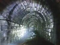 ゴムボートで地下の排水トンネルに進入してみた動画が怖すぎる(((゚Д゚)))