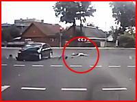 宙を舞う人。スピードを出していた直進のスクーターが左折車と接触してしまう。